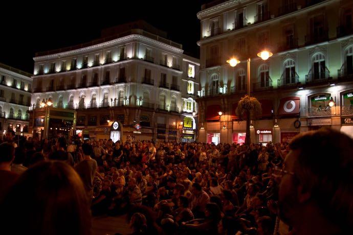 Il y a du monde dans les rues madrilènes, de nuit...