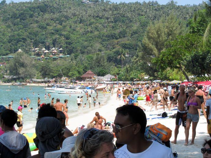 La plage de May Bay, victime du sex apeal de Leo et Guillaume